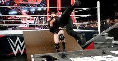 Días antes de su Lucha TLC por el Campeonato Mundial de Peso Completo WWE, Roman Reigns y Sheamus riñen en Raw.