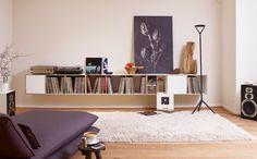 rio-regalsystem für LPs. Das Regalsystem kann an der Wand aufgehängt werden. Als Sideboard hat es ausreichend Ablagefläche für das komplette Musikequipment.