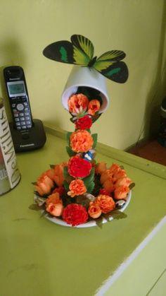 adorno de taza y plato detalles de flores y rosas naranja y mariposa verde Floral Centerpieces, Flower Arrangements, Coffee Mug Crafts, Floating Tea Cup, Teacup Crafts, Flying Flowers, Diy Flowers, Diy Gifts, Tea Party