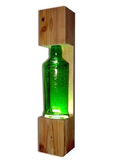 Lámpara de mesa hecha con botella de cristal de J&B, y madera reciclada de palé. Bombilla LED de 3W.