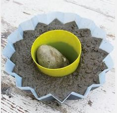 Legg noe tungt oppi den innerste formen, f eks stein, slik at formen holder seg nede og på plass. Fyll oppi betong.
