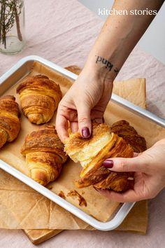 Wie du luftigen #Blätterteig selber machen kannst und 20 süße und herzhafte #Rezepte mit Blätterteig. Seien es #Croissants oder eine Tarte Tatin - mit diesem #Grundrezept gelingt dir immer der perfekte, selbstgemachte Blätterteig. #backen #anleitung