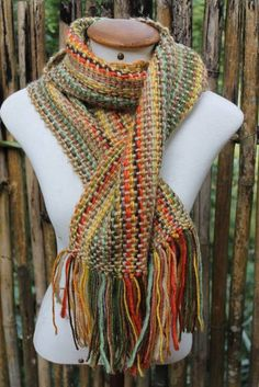 cachecol letícia | Teares tecelagem manual | 22B3CD - Elo7 Loom Yarn, Loom Weaving, Woven Scarves, Textiles, Tweed, Boho Fashion, Crochet Patterns, Knitting, My Style