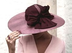 @nanagolmartocados Head Accessories, Hair Accessories For Women, Fascinator Hats, Fascinators, Pearl Shoes, Royal Clothing, Love Hat, Dress Hats, Dress For Success
