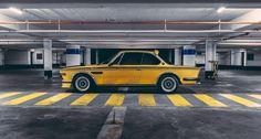 Im Jahr 1971 entstand in Zusammenarbeit mit Alpina auf Basis des E9 Coupé eine Homologationsserie für den damaligen Tourenwagensport: die Geburt des BMW 3.0 CSL. Der CSL war die schärfste Straßenversion der Baureihe, jedoch nicht aufgrund einer satten Leistungssteigerung des 180 PS starken Reihensechszylinders aus dem 3.0 CS. Nein, das Coupé wurde auf Diät gesetzt: Türen, Motor- und Kofferraumhaube wurden aus Aluminium gefertigt, an der Front die Stoßstange entfernt und auch am Heck nur ein…