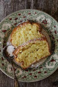 Recette pour faire un cake au mascarpone très moelleux! On peut le déguster au sortir du four en mettant des barres de Kit Kat dessus! MIAM!