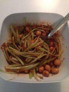 Pepi-huates  1 bolsa de cacahuate japonés 1taza de clamato 1/2 pepino rayado  1 limón  Trajín en polvo al gusto  Jugo maggi al gusto   Revólver todos los ingredientes en un bowl ...y a disfrutar !!!!