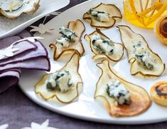 Pear chips with Roquefort – Cuisine and Wines of France! Appetizers For Party, Appetizer Recipes, Snacks, Appetisers, Food Presentation, Food Plating, Finger Foods, Food Inspiration, Gastronomia