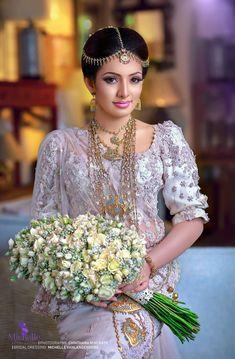 White Saree Wedding, Sari Wedding Dresses, Bridal Sari, Bridal Flowers, Bridal Dresses, Wedding Bouquets, Low Key Wedding, Wedding Bride, Bridesmaid Saree