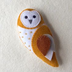 felt birds * Make your own adorable barn owl feltie. This lovely little owl is made entirely from felt with just a few embellishments and embroidered features. At 5 inches tall he will ma Handmade Gifts For Friends, Handmade Felt, Diy Gifts, Felt Owls, Felt Birds, Felt Christmas Decorations, Felt Christmas Ornaments, Tree Decorations, Felt Patterns
