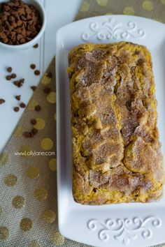 Pumpkin Snickerdoodle Bread Recipe. This is THE recipe to try this fall! The best pumpkin bread recipe with the perfect snickerdoodle crust. YUM! Great fall recipe idea!