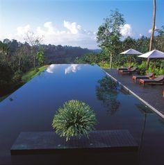 Экзотический сюрприз в джунглях Бали, Alila Ubud. Ошеломляющая красота отеля Alila Ubud и окружающая природа, от которой перехватывает дыхание снова, и снова притягивают к себе гостей. Разместившийся на высоте 30 метров над рекой, Alila Ubud один из лучших отелей Бали. Имя отеля с санскрита переводится как «сюрприз». Отель расположен в 5 минутах езды от г. Убуд и в 1 часе езды от аэропорта, на берегу реки Аюнг.