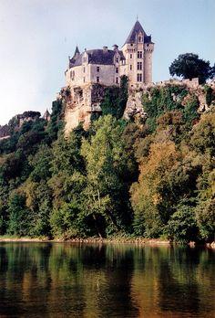 Région d'histoire et de patrimoine le château Montfort en Dordogne surplombe la rivière. Lieu à voir absolument durant vos vacances.