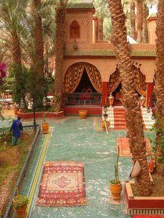 Palais Asmaa, Zagora, Morocco I want to sit in that courtyard! Beautiful World, Beautiful Places, Riad Marrakech, Marrakesh, India Decor, Moroccan Style, Moroccan Design, Interior Exterior, Interior Design
