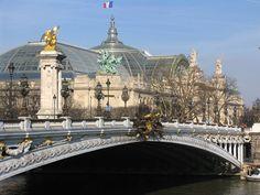 * Ponte Alexander III *  Rio Sena.  Grand Palais ao fundo. # Paris, França.