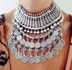 i'm so obsessed with statement necklaces and chokers/indie pendants right now