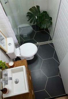 Banheiros pequenos decorados com parede branca e piso preto