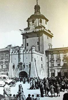 To obok Zamku najbardziej rozpoznawalny zabytek Lublina. Obecnie trwa jego remont, ale być może jeszcze w wakacje - po zdjęciu rusztowań - Bramę Krakowską będziemy mogli podziwiać w pełnej okazałości. My Kind Of Town, Beautiful Buildings, Old Pictures, Ancestry, Wwii, Poland, Black And White, City, Places