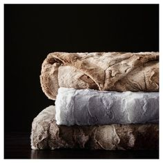 The Madison Park Zuri oversized faux fur throw features a luxuriously soft faux fur and reverses to a solid lux microfur. This luxurious throw is as big as a queen size blanket for added warmth and glamour. Fur Bed Throw, Oversized Throw Blanket, Faux Fur Blanket, Faux Fur Throw, Bed Throws, Throw Blankets, Fur Oversize, Faux Fur Bedding, Park