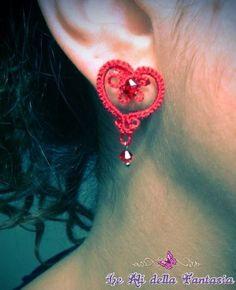 Eleganti orecchini a forma di cuore in chiacchierino con cristalli Swarovski.
