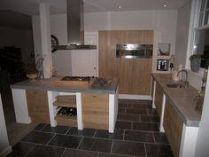 Houten front voor ikea keuken. hoge kastenwand met daarin de oven/ magnetron