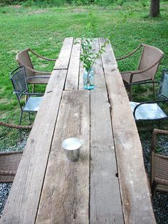 Spring is almost here! Here's a great way to enjoy the beautiful weather with friends and family (while staying #green of course) #DIY table.