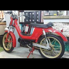 Who remembers the Derbi moped lol guys was putting them wheels on everything lol nice to see one still floating around  #mopedculture #derbimoped #derbi #mopedarmy #moped #bermybikes #bermybikelife #bdabikelife #bdabikes #swarmtroopers #treatland #1977mopeds #2digitrider #mopedivision #thepedshed #classic #oldschool #vintage #ahhbermuda #wearebermuda  #gotobermuda #todayinbermuda #bermudianmagazine  #mopedporn #bermynet #h2osportsbermuda #mopedsofinsta #bermynet by…