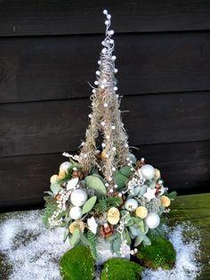 ijzeren frame op voet - Kerstboom met krans (salim mos kerstballen parels enz)
