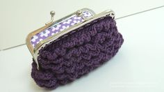 I don't know what I'd do with a ruffled crochet purse... but I want one. At least to gift...