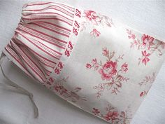 vintage fabric & ribbon + new linen trim = a little bag to hold buttons Bon week-end ! Lavender Crafts, Lavender Bags, Fabric Ribbon, Fabric Bags, Sewing Crafts, Sewing Projects, Quilt Stitching, Quilting, Diy Purse