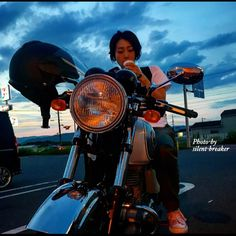 #コンビニの休憩すら  撮影場所となる☝️ それが インスタグラマー😎 なんてっ😆 あるある でしょう(ノ∀`笑)) ∵ゞブハッ!! あーっ😂今日は📷撮ってない(^_^;) 来週は在庫 蔵出しかっ🤣🤣 奈良フォトツーより #コンビニ休憩ショット #アイスくうショット ✳︎ー✳︎ー✳︎ー✳︎ー✳︎ー✳︎ー✳︎ー✳︎ #バイク女子 #カメラ女子 #女性ライダー #レディースライダー #Kawasaki#カワサキ #エストレヤ #エストレヤのある風景 ✳︎ー✳︎ー✳︎ー✳︎ー✳︎ー✳︎ー✳︎ー✳︎ #bj_mycar #bike_japan #黒カタナ#Blackmotorcycle#カタナ乗り #スズキ#カタナ#カタナのある風景 #バイクのある風景 #カタナ排気量制限 #バイクが好きだ#motorcycle#katana #フジ#x30 #ファインダー越しの私の世界#ジドリストの集い