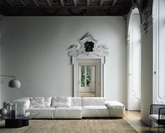 What a living room! Modular upholstered sofa designed by Piero Lissoni for Living Divani Sofa Design, Design Room, Casa Mix, Interior Architecture, Interior And Exterior, Historic Architecture, Beautiful Architecture, Modern Interior, Living Room Designs