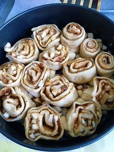 Dokonalé kysnuté jablkové slimáky s karamelovou omáčkou (fotorecept) - obrázok 3 Pancakes, Breakfast, Food, Basket, Morning Coffee, Essen, Pancake, Meals, Yemek