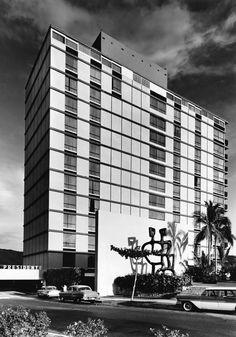 Hotel El Presidente con la escultura 'Los Amantes' por Mathias Goeritz en la entrada, av. Costera Miquel Alemán, Acapulco, Guerrero, México 1959