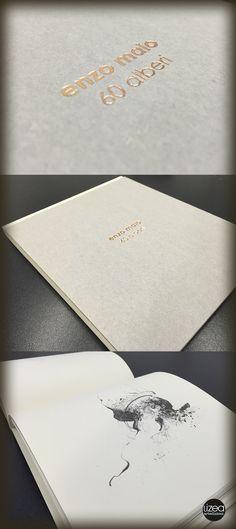 """Dettagli del """"taccuino d'artista"""" firmato Enzo Maio che celebra i 60 anni dell'artista stesso. Un oggetto di pregio, con interni in carta naturale avorio, rilegato in brossura cucita con cartone vegetale accoppiato con lamina a caldo. #lizeaprinting #edizionilizea #libri #libridartista"""