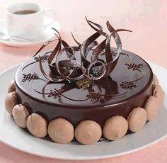Pastel de chocolate con macarrones
