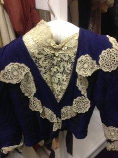 Unusual loose collar edged with lace