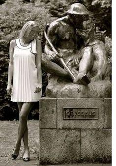 Stadtportal Essen-Steele.  Melanie am Odysseus im Stadtgarten