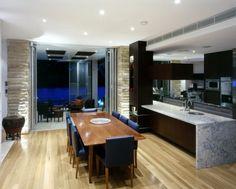 cuisine ouverte sur la salle manger comptoir marbr et table rectangulaire en bois