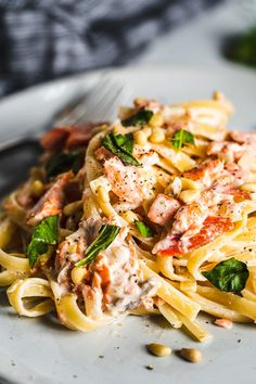 Whether you smoke your own salmon, or use the store bought version, this smoked salmon pasta is creamy delicousness with a hint of smoke in the sauuce. Topped with crunchy pine nuts and fresh basil. It's so delicious. Seafood Pasta Recipes, Yummy Pasta Recipes, Chicken Pasta Recipes, Clean Recipes, Dinner Recipes, Clean Meals, Easy Recipes, Smoked Shrimp, Smoked Salmon Pasta