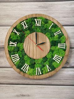 Деревянные настенные ЭКО часы из стабилизированного мха. Moss Wall Art, Moss Art, Home Clock, Diy Clock, Green Wall Art, Green Home Decor, Wooden Clock, Green Rooms, How To Preserve Flowers