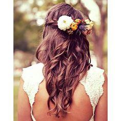 Des fleurs dans des cheveux tresses