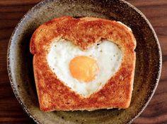 Una simpatica idea per un toast clicca il link http://www.uovalago.it/blog/item/141-toast-a-forma-di-cuore-con-uovo.html