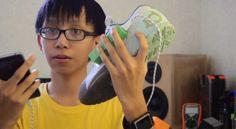 Un joven filipino inventa unas zapatillas que cargan dispositivos móviles.