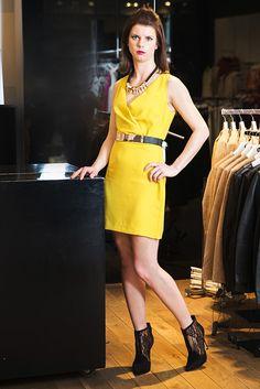 Outfit č. 3: Mango - Baškinu útlu postavu sme zvýraznili opaskom, ktorý opticky a efektívne rozdelí postavu a predĺži nohy. Riasenie v oblasti dekoltu zas vyzdvihne ženské prednosti. Masívny šperk na krku je dominantný a netreba ho už dopĺňať žiadnym iným šperkom. Nezabúdajte - žltá farba je must have tejto jari aj leta! Žlté šaty a opasok so zlatou sponou, masívny náhrdelník alebo bielo-čierne elastické šaty  od Mango + čipkované letné čižmičky, Baťa.
