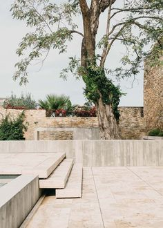 castell-peratallada-garden-jardin-arquitectura-more-with-less-15The landscape project designed for the renovated garden is materialised out of carved stone which perfectly merges into the historical setting of Peratallada Castle