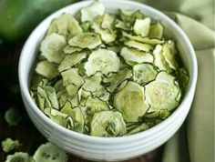 crispy baked cucumber chips recipe Easy to make vegetable chips are a healthier keto snack. Baking the cucumbers keeps them low in calories which makes them almost guilt-free. Healthy Summer Snacks, Healthy Low Carb Snacks, Easy To Make Snacks, Healthy Chips, Keto Snacks, Healthy Life, Cucumber Chips, Dill Pickle Chips, Beef Recipes