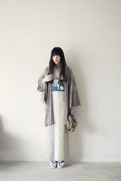 きもの:十日町紬 / mauve gray Yukata Kimono, Kimono Jacket, Japanese Outfits, Japanese Fashion, Estilo Folk, Kimono Fashion, Fashion Outfits, Traditional Japanese Kimono, Modern Kimono