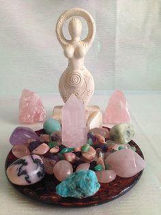 Love Energy Crystal House Kit, With a Beautiful artisan purple color turkish plate. Crystal Altar, Crystal Healing Stones, Crystal Magic, Crystal Grid, Crystal Garden, Crystal Shop, Meditation Altar, Meditation Space, Crystals And Gemstones