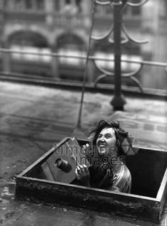 Pressefotografin bei der Arbeit, 1929. ullstein bild - Federmeyer/Timeline Images #Fotogrfin #fotografieren #lachen #Kamera #1920er #1920ies #historisch #Journalistin #Plattenlamera #Freude #Frau
